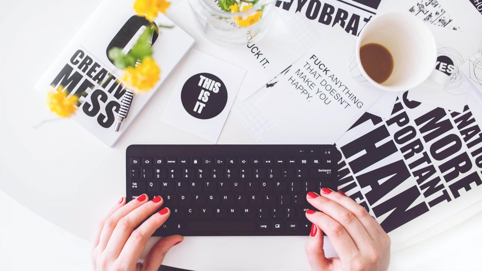 Tastatur und verschiedene Flyer