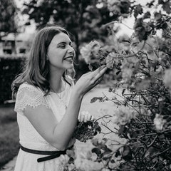 Foto von Frau an Blumenstrauch