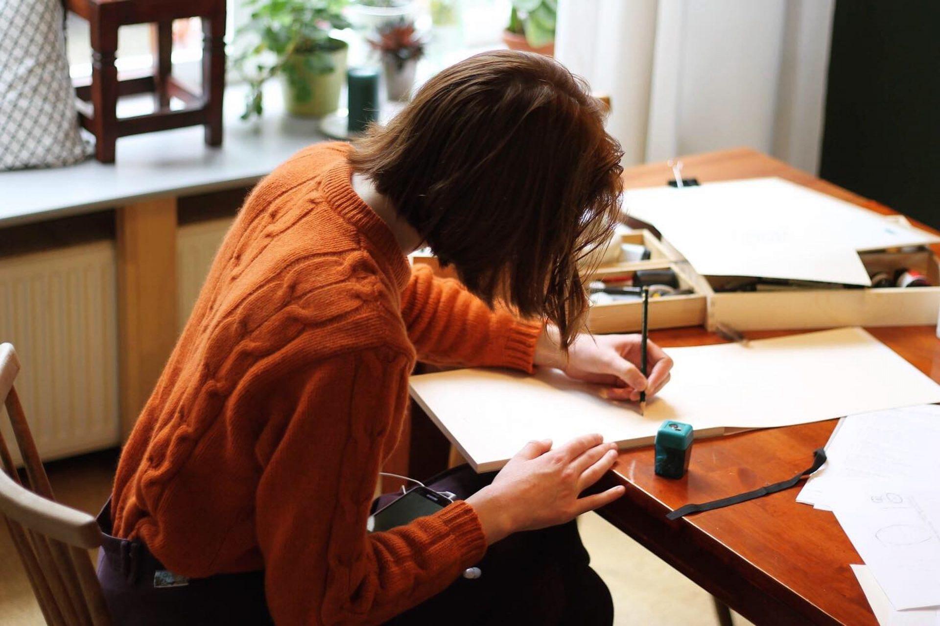Frau zeichnet auf Papier