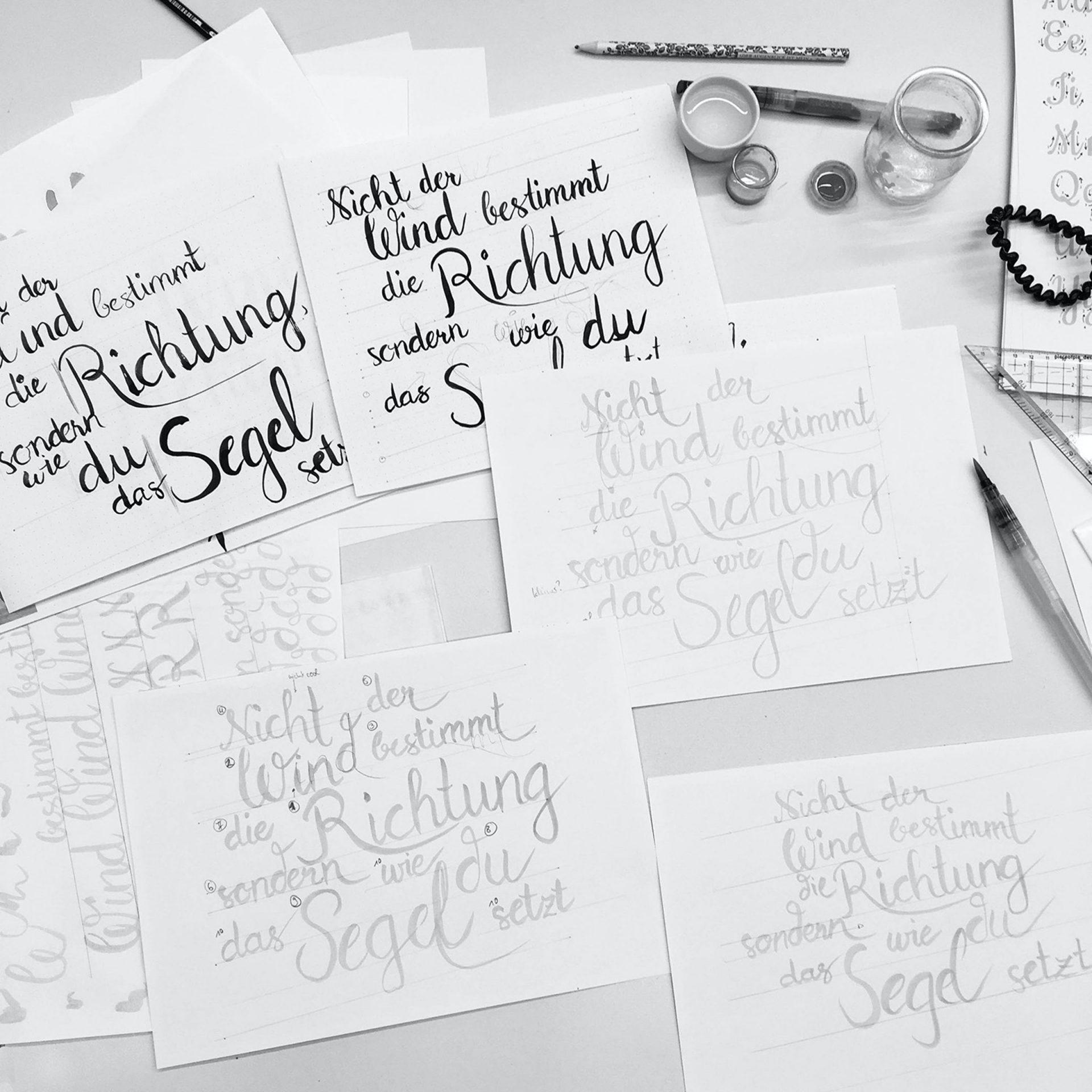 Sauber beschriftete Papierblätter auf Tisch