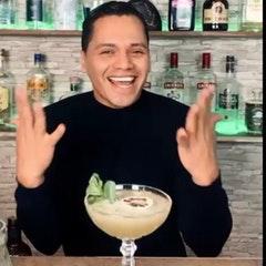 Foto von Mann vor Cocktailglas