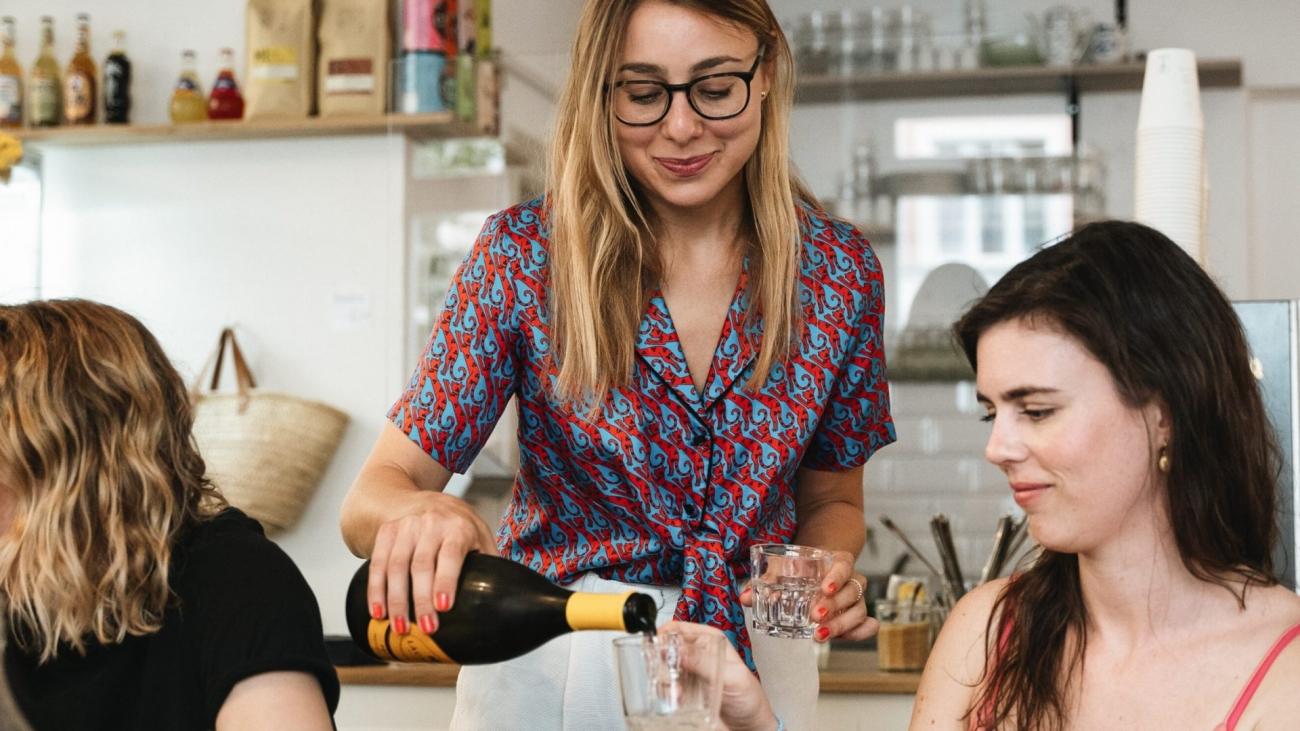 Frauen trinken Sekt