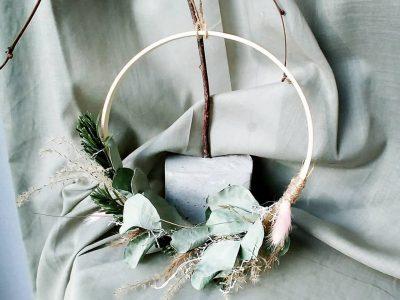 Trockenblumenring vor Tuch