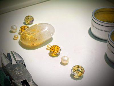 verschiedene Edelsteine auf Tisch