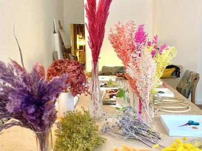 Verschiedene, bunte Trockenblumen auf dem Tisch