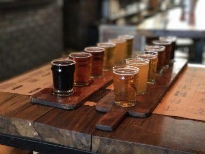 Verschiedene Biersorten auf Holztablett