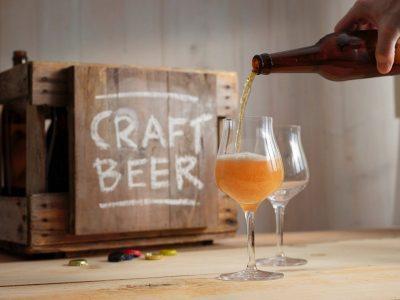 Craft Beer wird in Glas eingeschenkt