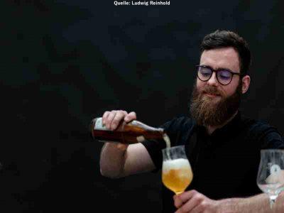 Mann schenkt sich Bier ein