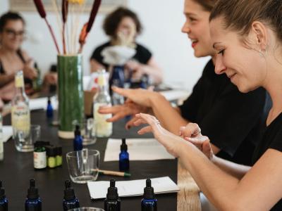 Frauen testen Hautprodukte