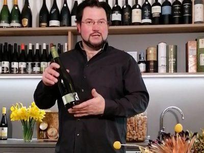 Mann präsentiert Wein
