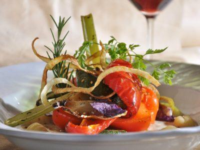 Gemüse und Kräuter auf Teller angerichtet