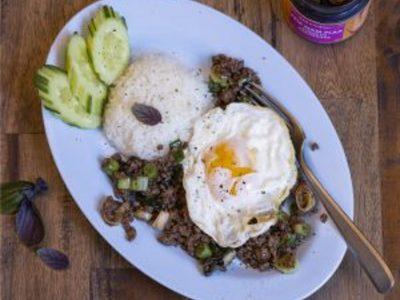 Thailändisches Essen auf Teller angerichtet