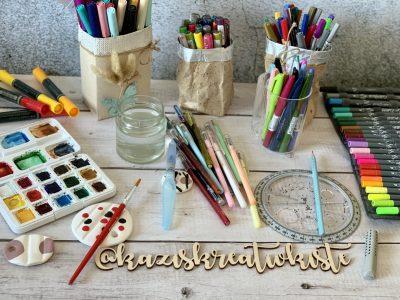 Farbstifte und Pinsel auf Tisch