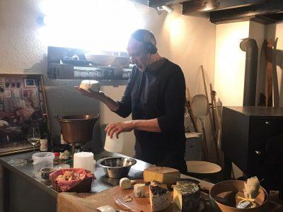 Mann bereitet Käse zu