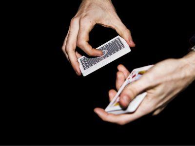 Zwei Hände machen eine Kartentrick