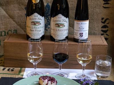 Weinflaschen, Weingläser und Käseblatte