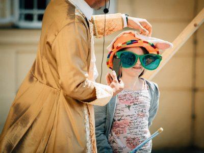 Zauberer und Kind führen einen Zaubertrick vor